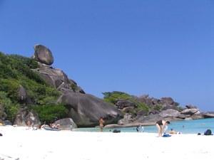Пляж у скалы Парус