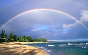 Радуга над пляжем в Тайланде